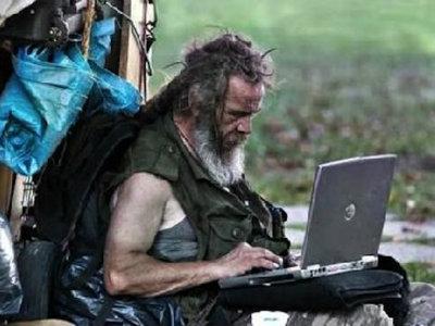 immagine di barbone con computer portatile