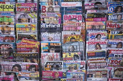 rastrelliera di edicola con riviste