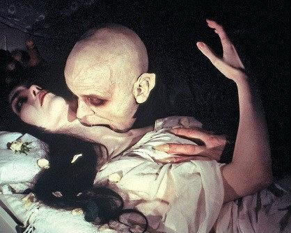una scena famosa del film su Nosferatu mentre si alimenta del sangue della sua vittima