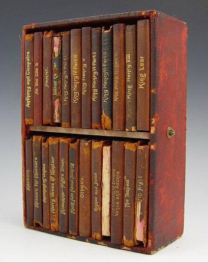 antico cofanetto che raccoglie una collana di libri a tema