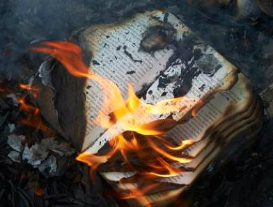 un libro in fiamme che simboleggia la fine della cultura