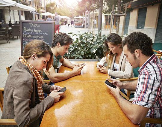 il dialogo soffocato dalla tecnologia